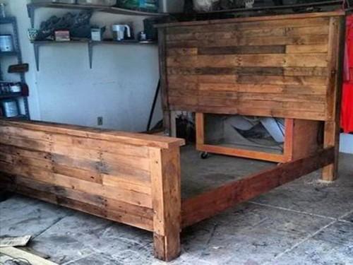 Assemblage d un lit avec tete de lit en palette bois - Comment peindre un lit en bois ...