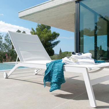 Pour profiter pleinement des beaux jours, on fait une petite bronzette sur de jolis bains de soleil design qui participent à la déco du jardin pendant que les enfants s'amusent dans la piscine