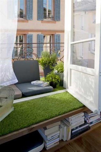 balcon troit avec coin lecture et sol en gazon synth tique. Black Bedroom Furniture Sets. Home Design Ideas