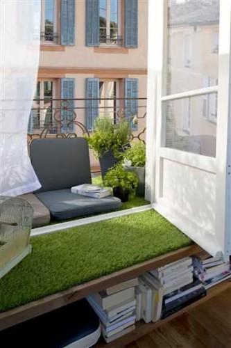 Balcon troit avec coin lecture et sol en gazon synth tique - Revetement synthetique exterieur ...