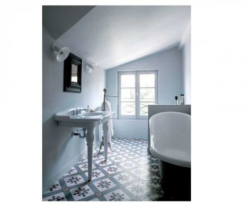 carreaux de ciment bleu et blancs pour la salle de bain sous toit. Black Bedroom Furniture Sets. Home Design Ideas