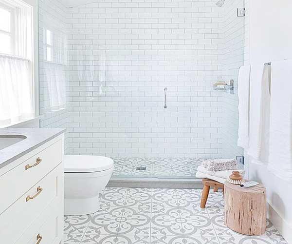 carreaux-de-ciment-gris-et-blancs-dans-salle-de-bain-moderne | - Salle De Bains Blanche