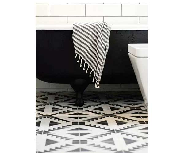 carreaux de ciment noirs et blancs dans salle de bain. Black Bedroom Furniture Sets. Home Design Ideas