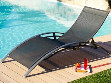 Le transat donne des id es d co au jardin for Chaise longue design piscine