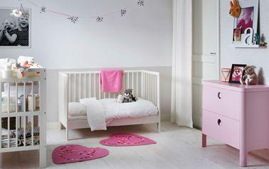 Une déco 100% princesse pour cette chambre de bébé fille aux nuances tendres de rose et de blanc. On aime la commode design girly à utiliser jusqu'à l'adolescence !