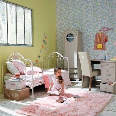 Cette chambre de fille est féminine sans ressembler à une bonbonnière : fausse fourrure et tapisserie apportent de la douceur dans un ensemble dynamique et acidulé.