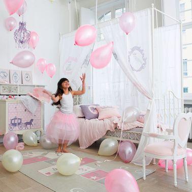 Cette chambre de princesse rose est lumineuse et aérée grâce à des meubles et des accessoires bien choisis. Osez le lit à baldaquin et le tapis marelle si amusant !