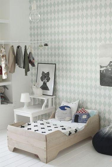 C'est facile de décorer une chambre de fille avec ses robes préférées et ses déguisements de princesse. Fabriquez une tringle avec du bois de récup et pendez vos cintres
