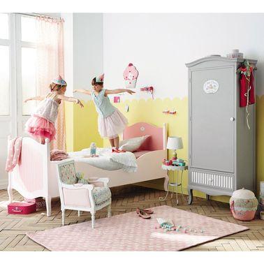 Cette chambre de princesse pâtissière est soulignée par un sous-bassement jaune et équipée d'une armoire grise Maisons du Monde qui viennent casser le côté bonbonnière et évitent le total look rose.