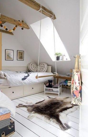 Cette chambre sous-pente a été peinte en blanc pour apporter de la lumière et sembler plus spacieuse. Les poutres apparentes sont vernies pour un effet naturel.