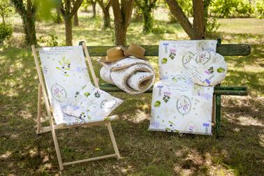 Une déco du jardin qui rappelle la Provence avec des transats à motifs de branches d'oliviers et de lavandes, ultra élégant et sophistiqué pour lézarder dans le jardin et prendre le soleil pendant tout l'été