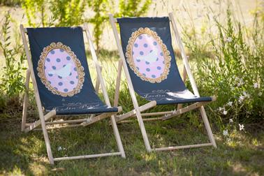 Deux petites chiliennes avec un joli motif installées sur l'herbe verte du jardin pour se relaxer à l'ombre d'un arbre ou d'un parasol juste après un repas en famille le dimanche.