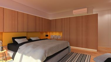Cette climatisation vient se faire toute petite en haut d'un mur élégamment habillé de placages en bois. Ils sont soulignés par un éclairage tamisé et cosy.