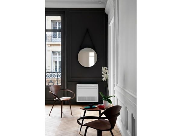 Pas besoin de cacher son climatiseur : mettez-le en avant en utilisant une peinture contrastée sur le mur qui le porte. Un objet fonctionnel peut aussi être beau !
