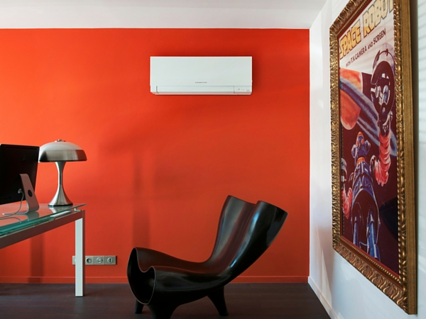 Un bureau fonctionnel et design avec quelques pièces maîtresses qui donnent le ton : un fauteuil, un tableau géant, une lampe rétro et... un beau climatiseur !