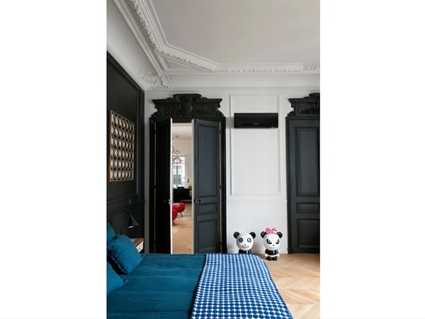 Camouflez votre climatisation en peignant le mur de la tête de lit, vos moulures et vos portes de la même couleur. Il devient ainsi un vrai élément de votre déco !