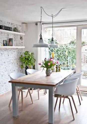 Coin repas avec table bois brut dans cuisine industrielle - Coin repas dans cuisine ...