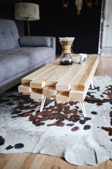 Cette table basse design s'intègre aussi bien dans un intérieur contemporain que vintage. Choisissez des pieds au look qui vous correspond et une finition naturelle ou sophistiquée.