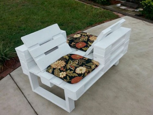 composer un salon de jardin avec des causeuses en palette. Black Bedroom Furniture Sets. Home Design Ideas