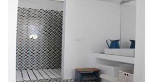 Une petite salle de bain aménagée avec une douche italienne c'est possible. Avec un receveur de douche à fleur de sol, du carrelage blanc et une paroi de douche en verre, nos conseils déco pour aménager une petite salle de bain italienne.