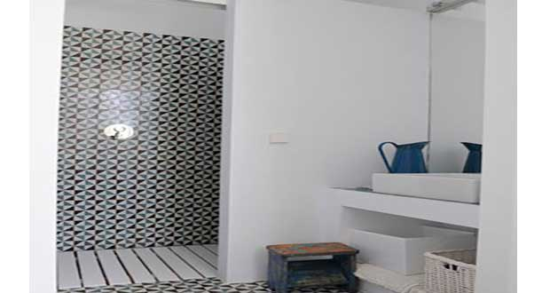 Une petite salle de bain d co avec douche italienne for Idee carrelage petite salle de bain