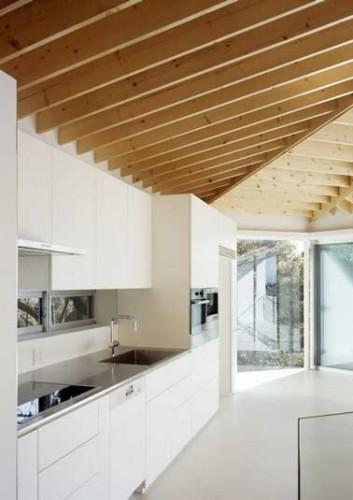 cuisine blanche d co design et plafond avec poutres en ch ne. Black Bedroom Furniture Sets. Home Design Ideas