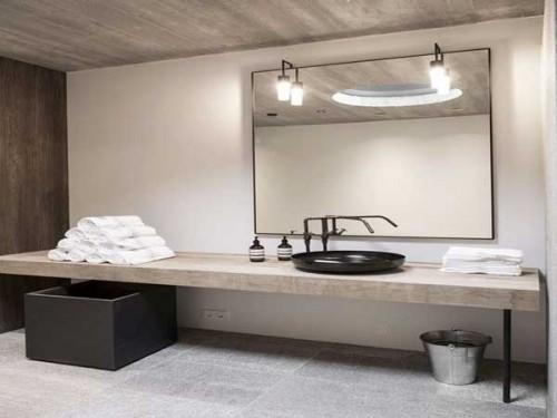 dalles-beton-et-plan-vasque-bois-dans-salle-de-bain-zen |