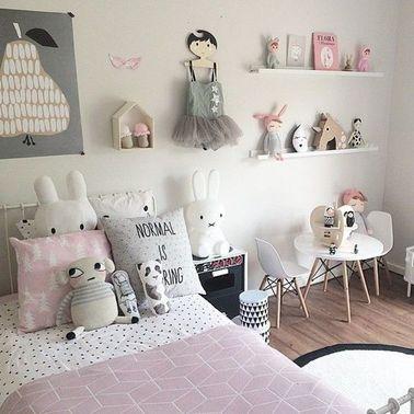 Cette déco de chambre fille évite les fautes de goût tout en restant très féminine : jouez sur les accessoires enfantins et les touches de couleur délicates.