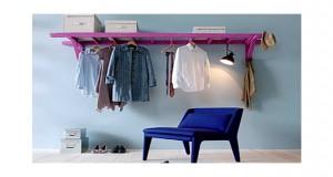 Une bonne idée que de transformer un échelle de récup en étagère et petit dressing dans la chambre pour pas cher simplement avec un coup de peinture rose flashy