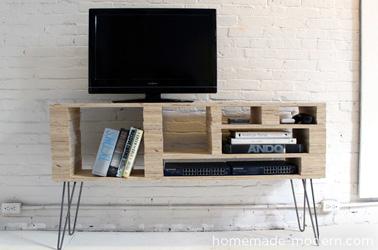 Fabriquez un meuble télé grâce à un DIY astucieux pour embellir la déco du salon ! Pratique, original et très peu coûteux !