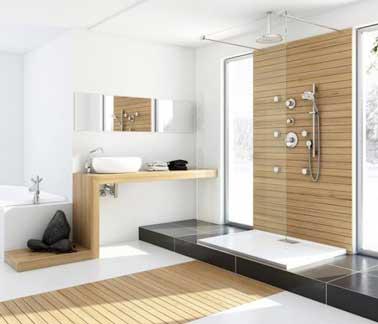 Douche à l'italienne accordée au parquet de salle de bain en teck clair. Repris sur le plan vasque graphique et contre le mur de douche le teck rythme et colore la pièce.