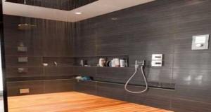 La douche à l'italienne investit la déco de la salle de bain. Receveur douche extra plat, colonne balnéo, paroi fixe ou coulissante, carrelage, bois, la douche italienne fait de la salle de bain italienne un espace zen