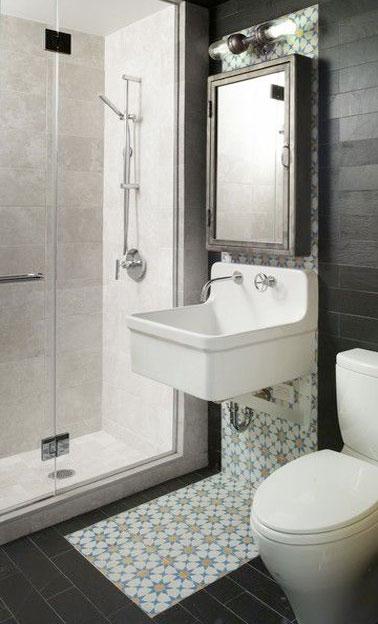 Petite salle de bain agencé avec du carrelage blanc sur la douche italienne et du carrelage noir dans le reste de la pièce. Partie lavabo structurée avec un panneau en carreaux de ciment rétro