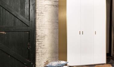 Personnalisez votre dressing Ikea avec des touches de doré pour une déco chic dans la chambre. Original et pas cher, le concept Bocklip !