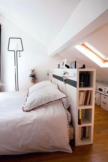 L'aménagement des combles est surtout un challenge en raison d'une hauteur sous plafond limitée. Un espace peu fonctionnel est ici optimisé avec des étagères et des boîtes de rangement.