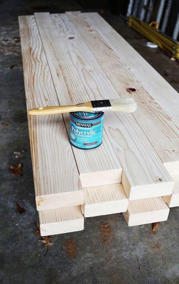 Pour fabriquer une table basse comme un pro, il faut soigner la finition : un vernis naturel ou brillant, une patine, de la peinture, … les possibilités sont infinies.