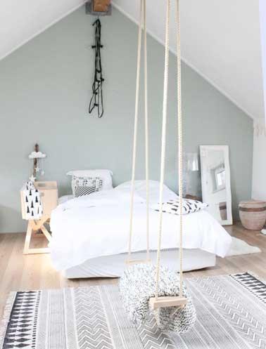 Déco chambre décalée à refaire en fixant une balançoire au plafond. Mariée avec des tables de nuit en métal blanc, une lampe de chevet en plexiglas et une suspension origamie