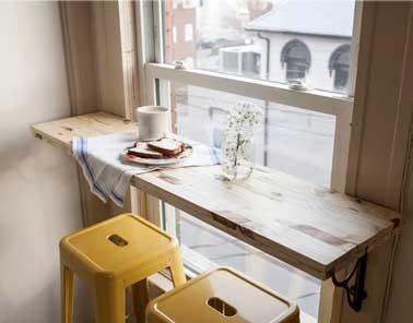 Fixer une planche bois contre un mur pour faire un coin repas - Faire un mur en planche de bois ...