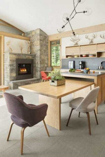Grand coin repas dans une cuisine moderne en bois clair - Cuisine moderne dans l ancien ...