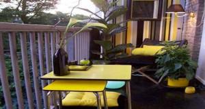 Cet été la déco du balcon mise sur la couleur. Table de jardin, chaises pliantes, jardinière, mur végétal, la panoplie du balcon passe en mode couleurs déco