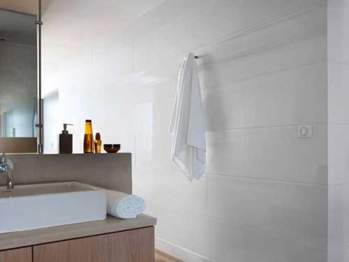Lambris pvc blanc brillant dans une salle de bain Lambris mural pvc