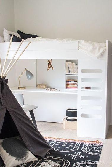 Cette petite chambre de fille est optimisée grâce au lit bureau qui fait gagner de l'espace. Le tipi de jeu devient un espace de lecture et de réflexion pour votre ado.