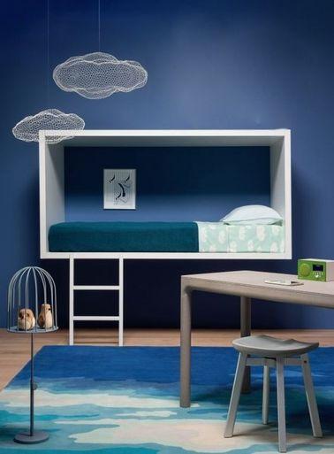 Cette chambre Reine des Neiges fera pâlir de jalousie toutes les copines de votre fille ! Une peinture bleue et un tapis inspiration glacier rafraîchissent la déco.