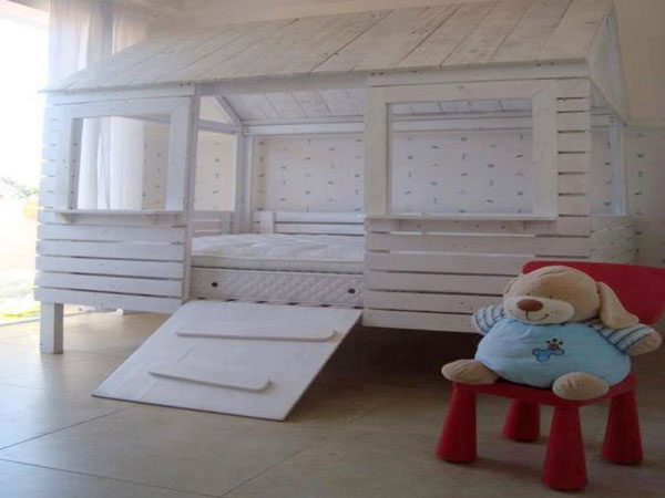 lit cabane en palette pour egayer une chambre enfant. Black Bedroom Furniture Sets. Home Design Ideas