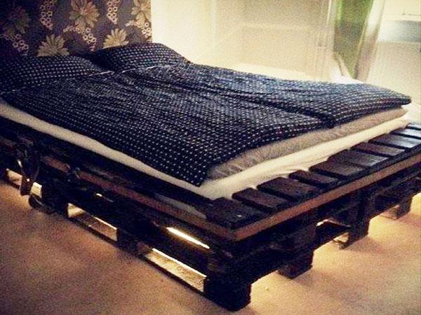 Lit en palette avec tete de lit en tapisserie a fleurs - Tete de lit avec des palettes ...