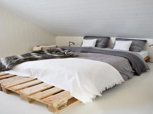Lit en palette dans une chambre style zen for Position lit dans une chambre