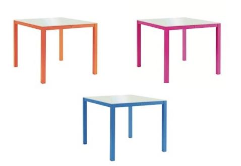 Du mobilier de jardin ultra coloré pour une déco de l'extérieur ultra tendance ! Des jolis table à assortir avec les chaises de la même collection pour un été haut en couleurs.