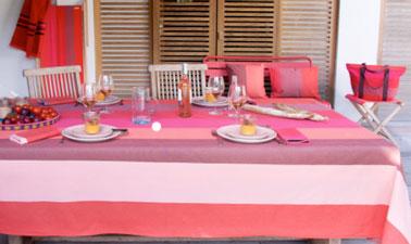 Déclinaison de rayures rouges pour la nappe 250 x 180 cm et les serviettes de table. Coussins sac cabas et pliant Luz Garance assortis au drap de bain nid d'abeille coloris Piment.