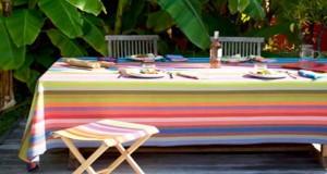 La couleur s'invite en déco jardin cet été avec des nappes de jardin, des transats, plaints et coussins jaune, vert, rouge à rayures ou unis. Que des belles toiles pour faire une déco jardinet de table chic avec la collection de linge d'extérieur été 2016 Tissage de Luz.