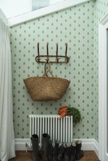 Un beau papier peint de couleur vert pastel au motif bourdons et pois vient égayer le hall d'entrée. Un papier peint élégant et raffiné pour une déco à l'anglaise qui a du charme